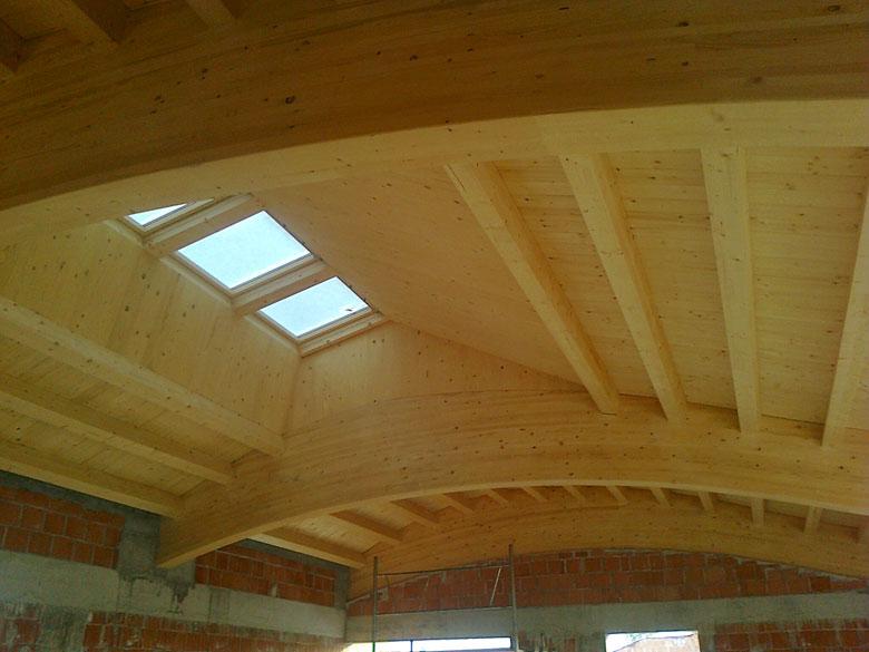 Realizzazione coperture curve in legno su misura veneta for Lucernari per tetti in legno