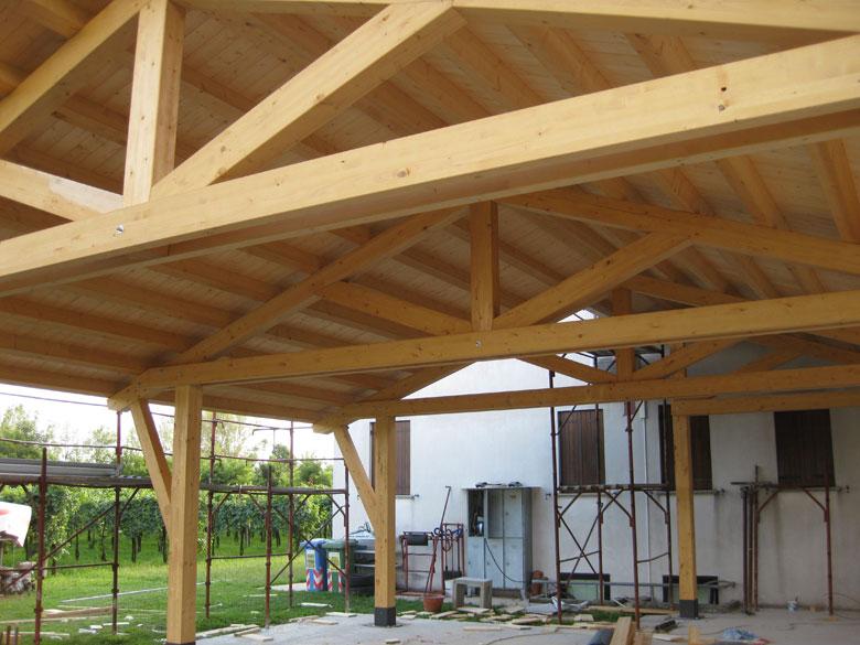 Realizzazione tettoie e porticati in legno veneta tetti for Lucernari per tetti in legno