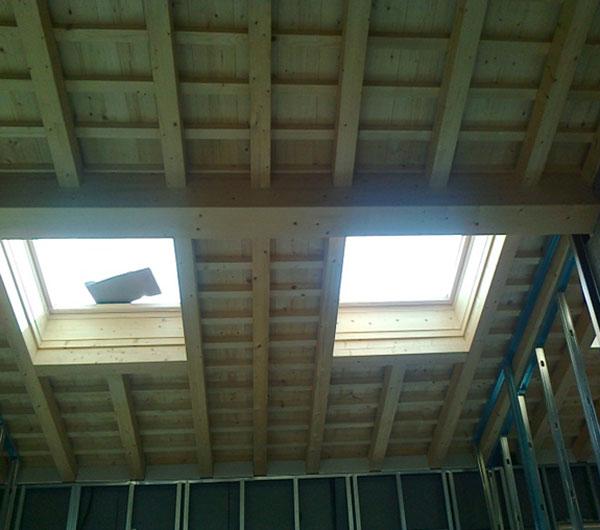 Velux lucernai e finestre per tetti in legno veneta tetti for Finestra nel tetto