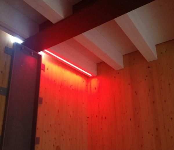 Tetti con illuminazione a led e travature in legno per - Illuminazione sottotetto legno ...