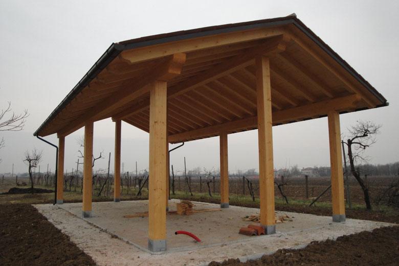 Realizzazione tettoie e porticati in legno - Veneta Tetti
