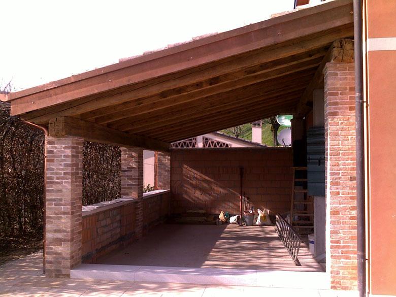 Realizzazione porticati in legno veneta tetti for Immagini di tettoie in legno