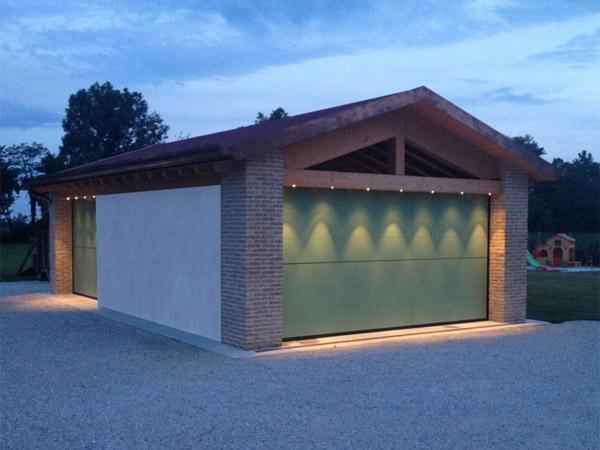 Tetti con illuminazione a led e travature in legno per solai
