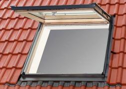 Velux lucernai e finestre per tetti in legno veneta tetti for Finestre x tetti
